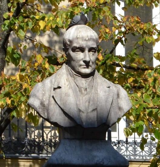 Busto de Auguste Comte en la plaza de la Sorbona, en París. Fue el mayor exponente del positivismo histórico