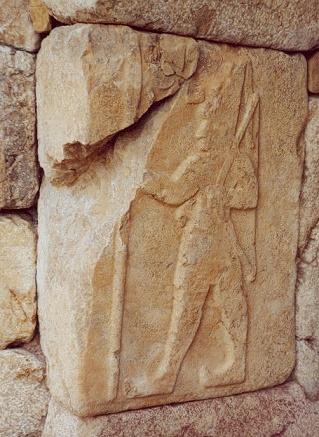 Relieve en el que se ve a Shubiluliuma II, último rey hitita antes de las invasiones de los pueblos del mar, consecuencia de la crisis del 1200