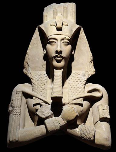 Una de las estatuas pre amarnienses de Amenhotep IV, con el estilo tradicional egipcio