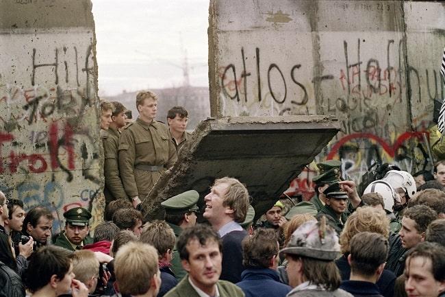 Fotografía histórica de la caída del Muro de Berlín, hecho fundamental en la desintegración de la URSS