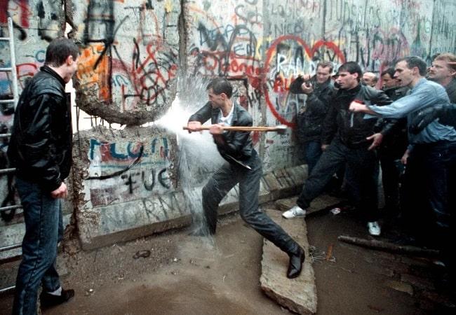 Otra de las fotografías históricas de la caída del muro de Berlín
