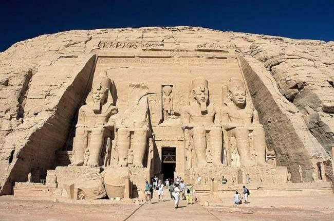 Fachada del gran templo de Abu Simbel, uno de los más importantes templos egipcios