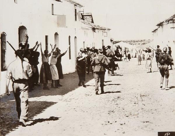 Mujeres de un pueblo de Sevilla suplicando después del golpe del 18 de julio de 1936