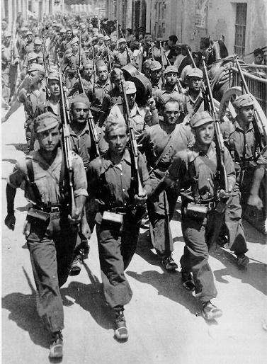 Fotografía de las Brigadas Internacionales en un desfile durante la Guerra Civil Española
