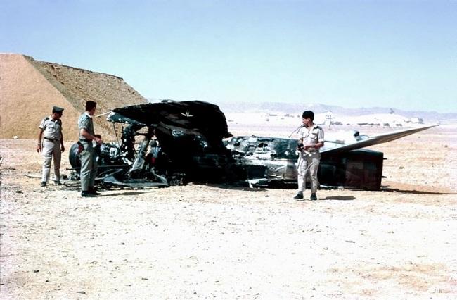 Oficiales de la Fuerza Aérea Israelí junto a un avión egipcio destruido en la Guerra de los Seis Días
