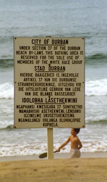 Cartel segregacionista en una playa sudafricana a finales de los años 80