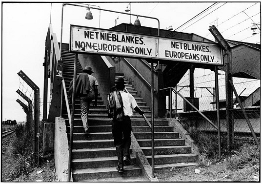 Escaleras diferenciadas para los blancos y los negros