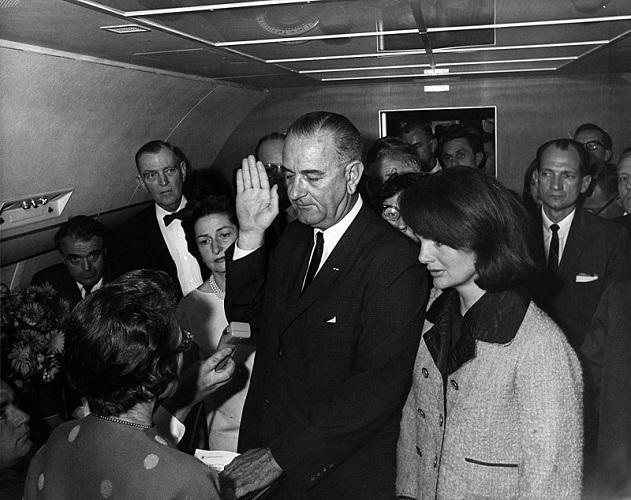 Lyndon B Johnson jurando el cargo de presidente de los EEUU delante de Jackie tras la muerte de Kennedy, su marido