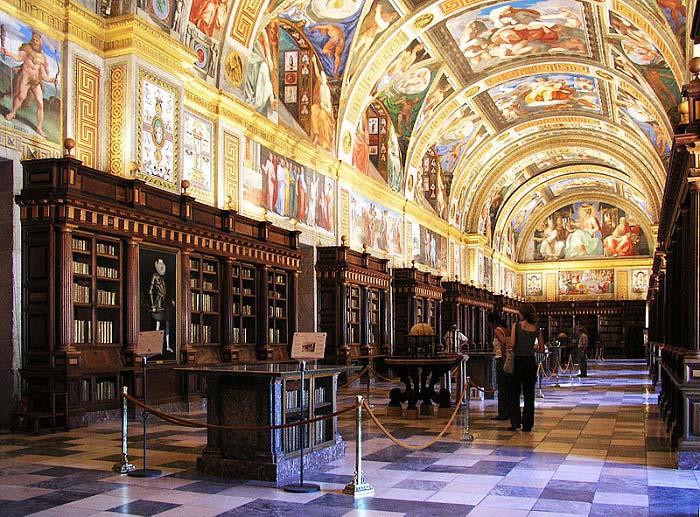 Salón principal de la Biblioteca del Escorial, una de las obras de Felipe II más famosas