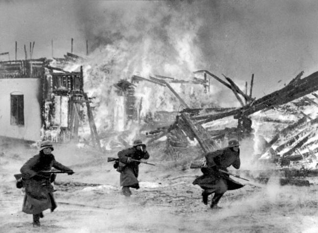 Soldados alemanes en una aldea durante la campaña de Noruega de 1940