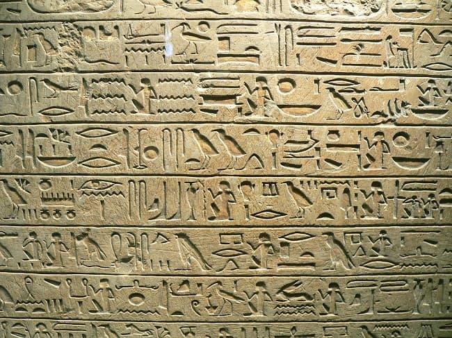 Escritura jeroglífica egipcia de la Estela de Minnakht, jefe de escribas durante el reinado de Ay