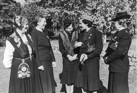 Pilar Primo de Rivera junto a unas compañeras de la Sección Femenina en Alemania en 1941