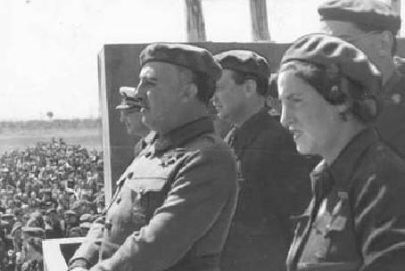 Pilar Primo de Rivera, directora de Sección Femenina, y Francisco Franco