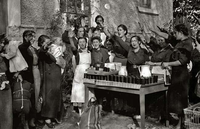 Reparto de comida por parte de mujeres de la Sección Femenina
