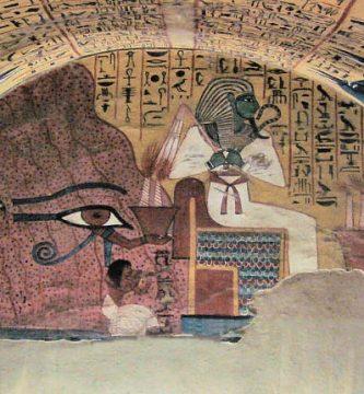 Tumba de Pashedu con jeroglíficos egipcios en las paredes-min