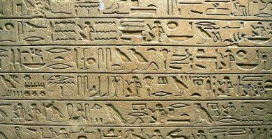 destacada escritura jeroglífica-min