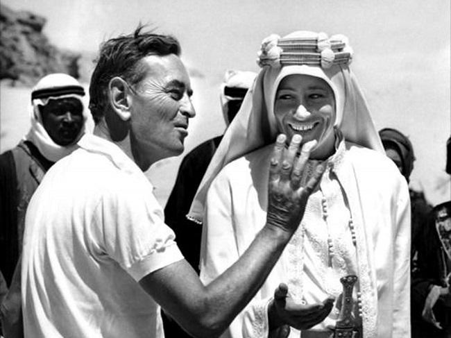 El director David Lean dando indicaciones de rodaje en Lawrence de Arabia a Peter O'Toole