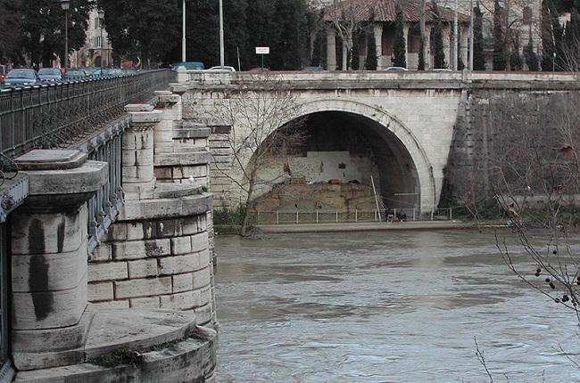 Estado de la salida de la Cloaca Máxima construida por Tarquinio Prisco, uno de los reyes romanos