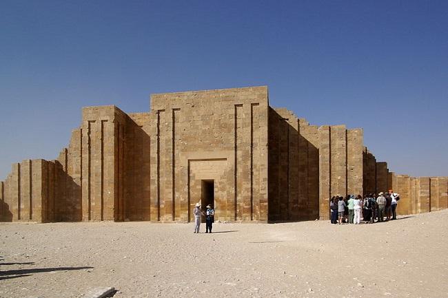 Única entrada real al recinto funerario de Djoser en la muralla que lo rodea