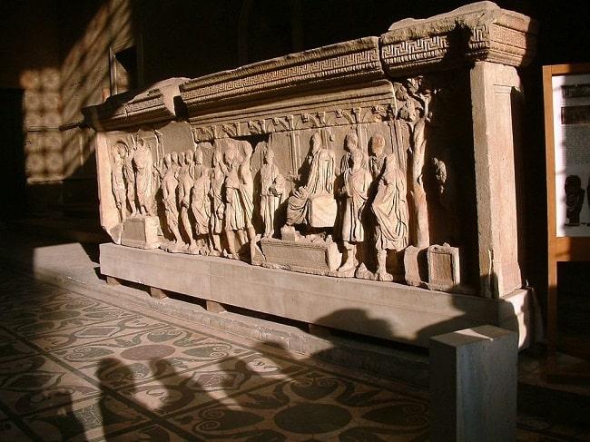 Detalle del interior de la Curia Iulia, con el pavimento de opus sectile y un relieve marmóreo con una representación del senado reunido
