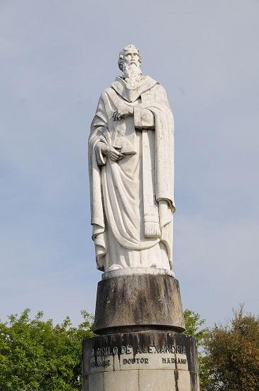 Estatua de Cirilo de Alejandría, autor intelectual de la muerte de Hipatia de Alejandría, en Portugal