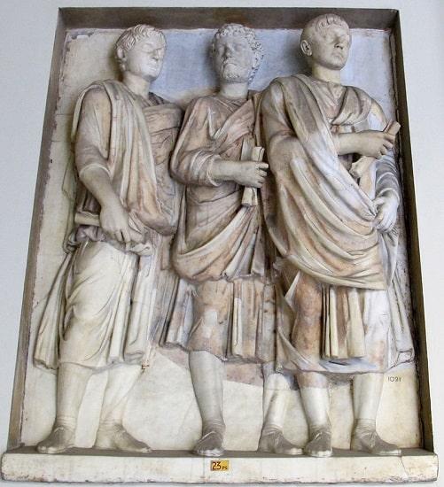 Relieve romano de mediados del siglo III depositado en los Museos Vaticanos en el que aparecen tres senadores
