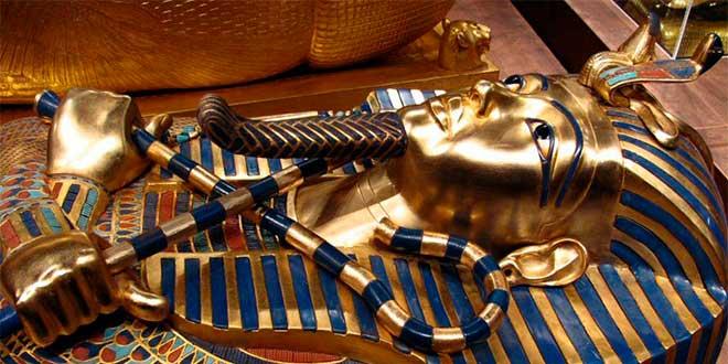 Sarcófago de Tutankhamon en el que se observan varios de los símbolos de los faraones egipcios