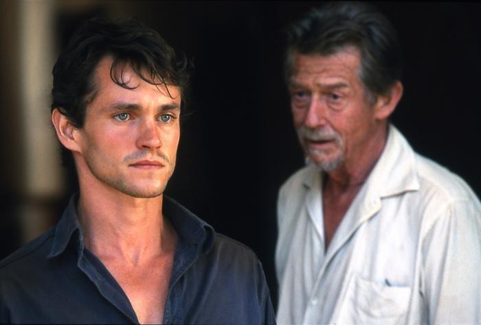 """Fotografía de los actores Hugh Dancy y John Hurt, protagonistas de """"Disparando a perros"""""""