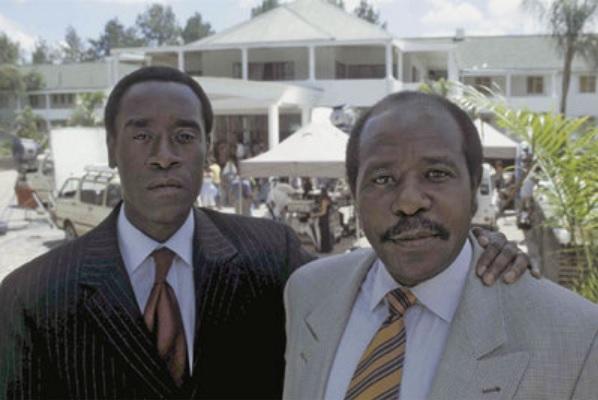 Fotografía del actor Don Cheadle junto al verdadero Paul Rusesabagina, en la película Hotel Rwanda