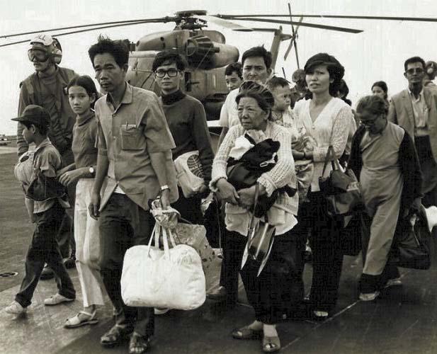 Refugiados de la Guerra de Vietnam siendo trasladados por un navío estadounidense en 1975