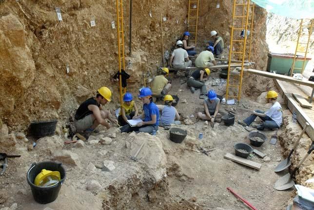 Arqueólogos trabajando en un yacimiento de la Sima del Elefante, en la Sierra de Atapuerca