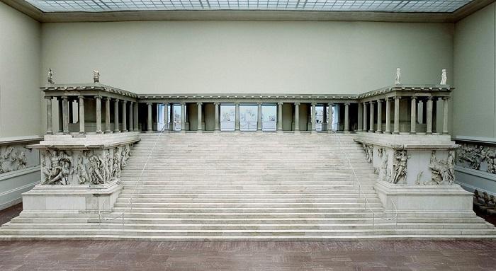 El Altar de Pérgamo tal y como está expuesto actualmente en el Museo de Pérgamo en Berlín