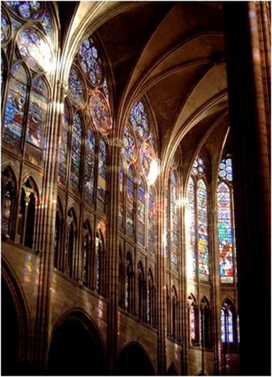 Luz natural iluminando la basílica de Saint Denis a través de los vitrales policromados, típicos del arte gótico