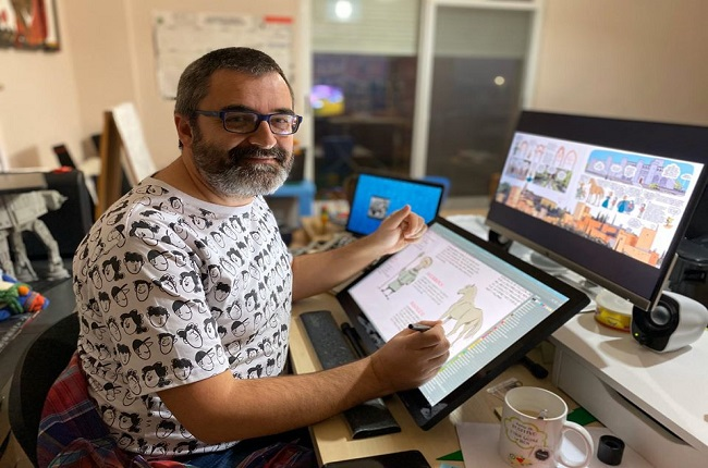 Pedro Cifuentes, autor de Historia del arte en cómic volumen 2, trabajando en una de sus ilustraciones