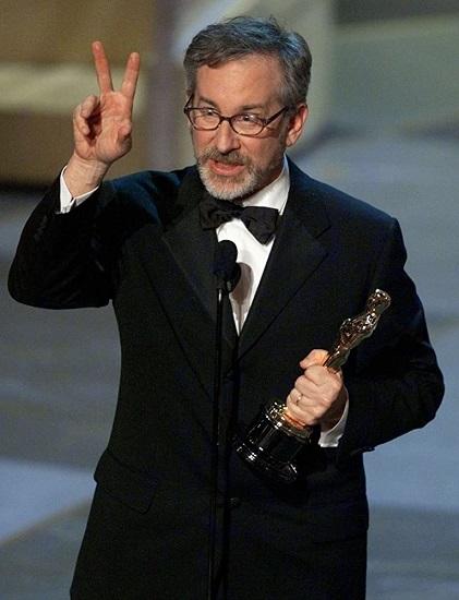 El director Steven Spielberg recogiendo su Óscar en la gala de 1999