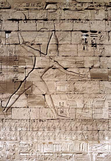 Relieve de Ramsés III derrotando a sus enemigos en Medinet Habu