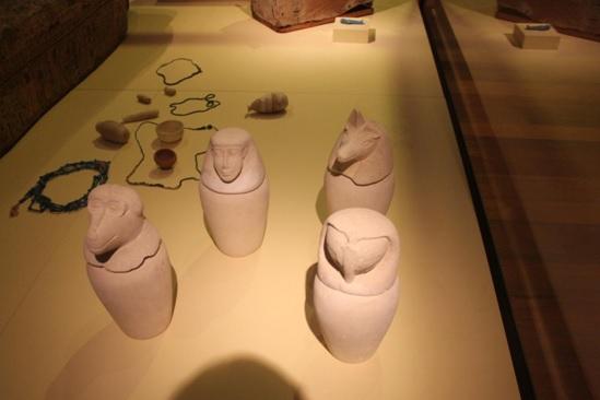 Cuatro vasos canopos acompañantes en la momificación egipcia expuestos en el Museo Arqueológico Nacional