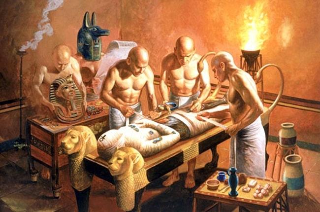 Embalsamadores trabajando en la momificación de un faraón