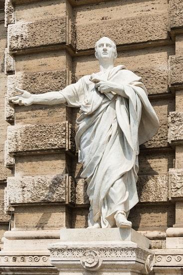 Estatua de Marco Tulio Cicerón en el Palacio de justicia de Roma