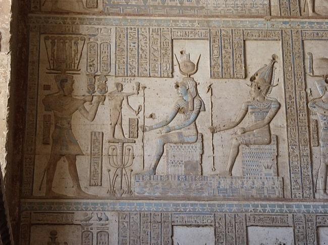 El faraón Ptolomeo XII ante los dioses Isis y Osiris. Durante el consulado de Julio César se legitimó su reinado