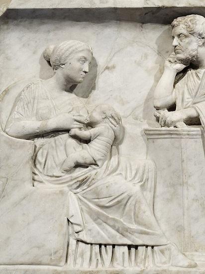Detalle del sarcófago de un niño de mediados del siglo II d.C. en el que se observa a una madre amamantando a su hijo ante la mirada del padre. Esto solo lo podría hacer una de las esposas de Julio César, Cornelia