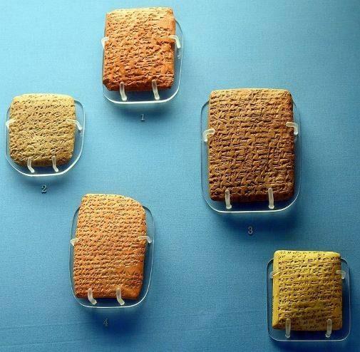 Ejemplo de cinco cartas de Amarna expuestas en Londres