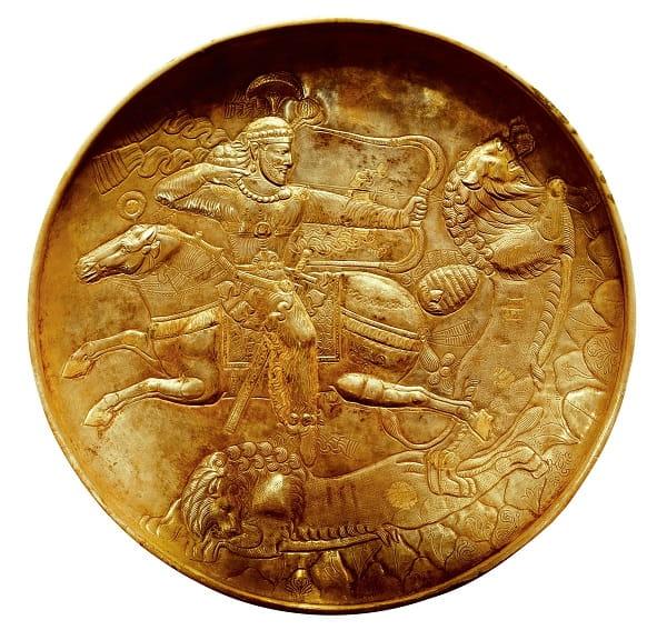 Plato del s. V en el que se representa a un jinete parto disparando con su arco