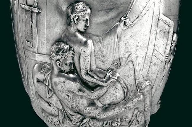 Detalle de la Copa Warren (siglo I d.C.), expuesta en el Museo Británico, que muestra una escena homoerótica entre dos romanos. Muestra otra cara del sexo en la antigua Roma