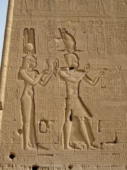 Bajorrelieve del templo de Dendera en el que se representa a Ptolomeo XV Cesarión, hijo de César y Cleopatra