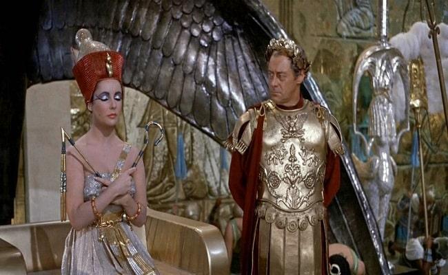"""Elizabeth Taylor y Rex Harrison interpretando a César y Cleopatra en la película """"Cleopatra"""" de 1963 (Fuente: IMDb)"""