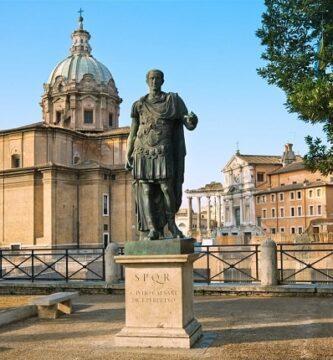 Estatua de Julio César ubicada en el centro de Roma construida después de la batalla de Munda