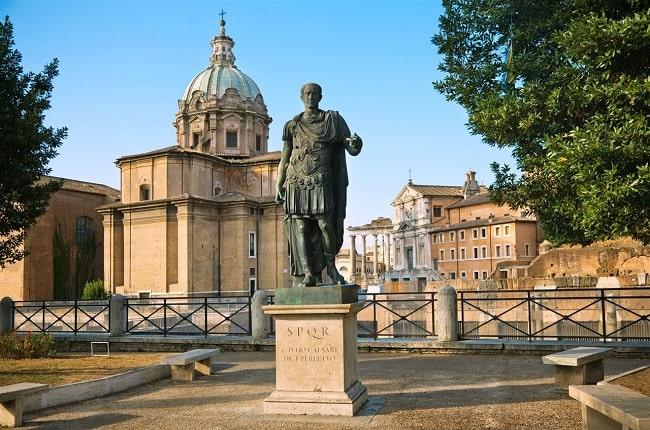 Estatua de Julio César ubicada en el centro de Roma construida durante la dictadura de Julio César