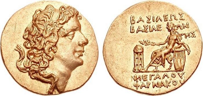 Moneda de oro que representa al rey Farnaces II, el enemigo de César en la batalla de Zela