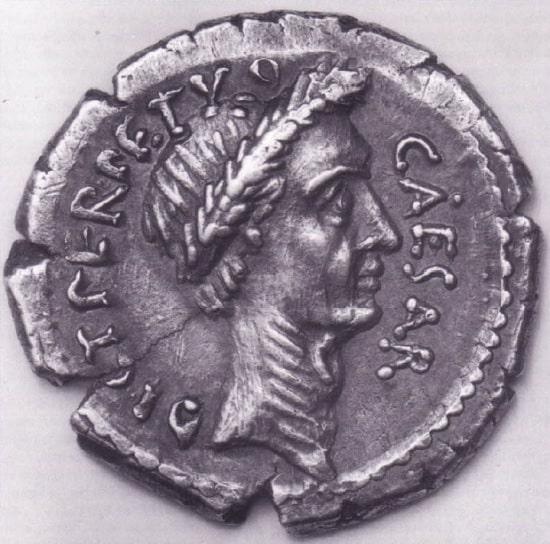 Moneda romana datada de la dictadura de Julio César en la que se le representa con la corona de laurel